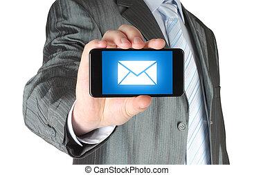 Un hombre sosteniendo un teléfono móvil con un mensaje en pantalla