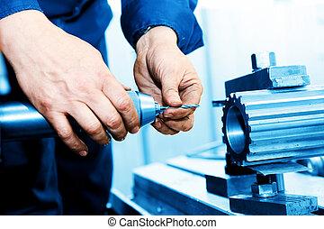Un hombre trabajando en perforación y máquina aburrida. Industria