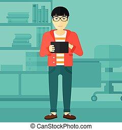 Un hombre usando una computadora de tablet.