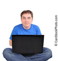 Un informático sentado en blanco
