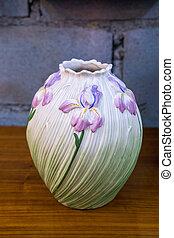 Un jarrón antiguo en la mesa
