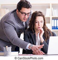 Un jefe infeliz hablando con su secretaria