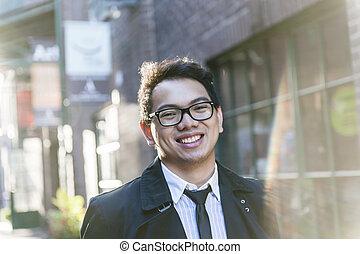 Un joven asiático en la calle City