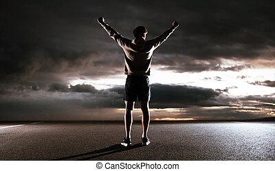 Un joven atleta mirando al cielo