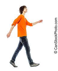 Un joven caminando mirando hacia arriba