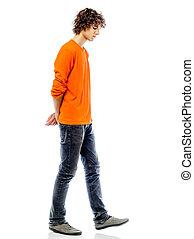 Un joven caminando triste y aburrido