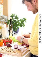 Un joven cocinando comida sana