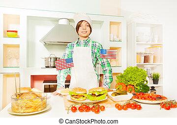 Un joven cocinero que prepara el tradicional menú americano