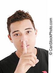 Un joven con el dedo en la boca aislado sobre un fondo blanco