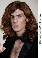 Un joven con el pelo largo