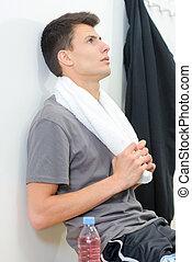Un joven con una toalla deportiva