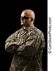 Un joven con uniforme militar