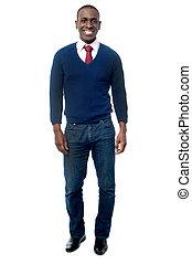 Un joven ejecutivo de negocios con ropa informal