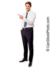 Un joven ejecutivo de negocios señalando