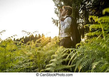 Un joven en el bosque mirando a la distancia