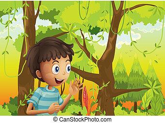 Un joven en el bosque verde