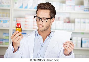 Un joven farmacéutico con receta en la farmacia