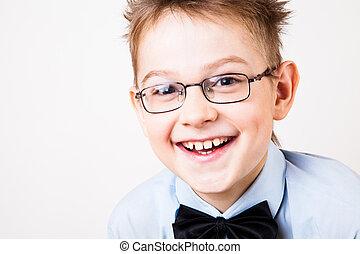 Un joven feliz mirando a la cámara.