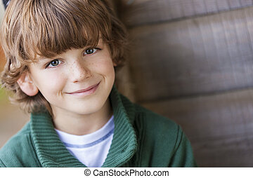 Un joven feliz sonriendo