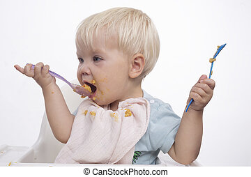 Un joven guapo comiendo con cara sucia