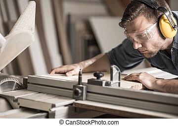 Un joven haciendo carpintería
