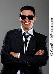 Un joven hombre de negocios con gafas de sol