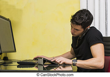 Un joven hombre de negocios o un trabajador del hogar tomando una llamada