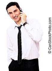 Un joven hombre de negocios sonriente usando celular