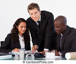 Un joven hombre de negocios trabajando con su equipo