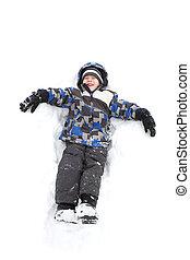 Un joven jugando en la nieve