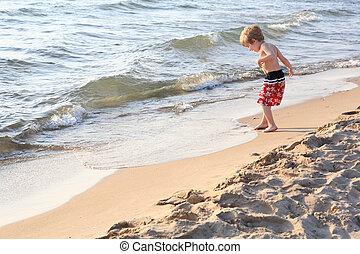Un joven jugando en la playa