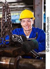 Un joven mecánico industrial