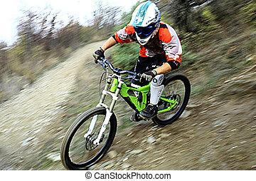 Un joven montado en una bicicleta de montaña