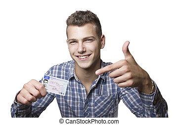 Un joven mostrando su licencia de conducir