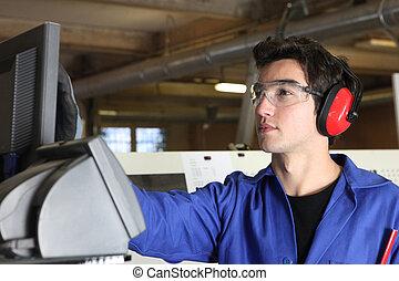 Un joven operando en una fábrica