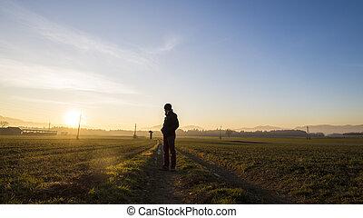 Un joven parado en un hermoso paisaje mirando atrás
