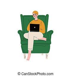 Un joven sentado en un sillón usando ordenador portátil, un tipo trabajando o relajándose en casa usando ilustraciones de vectores de computadora