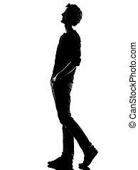Un joven silueta caminando feliz riendo