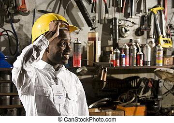 Un joven trabajador de la oficina en la tienda de reparaciones