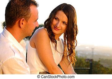 Un joven y romántico contacto visual al atardecer