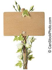 Un letrero de madera en blanco con flores de rosas verdes