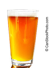 Un litro de cerveza ámbar con cabeza, con fondo blanco