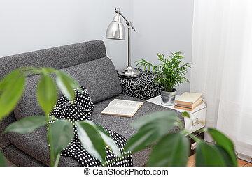 Un lugar cómodo para leer en un salón