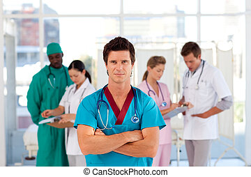 Un médico con su equipo en el fondo
