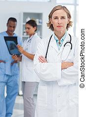 Un médico serio con brazos cruzados