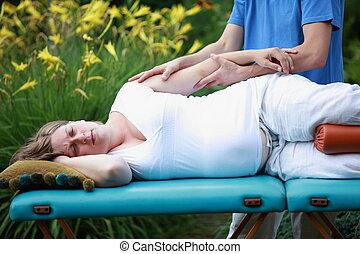 Un masaje de mujer embarazada