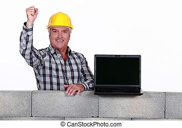 Un Mason maduro con una laptop.