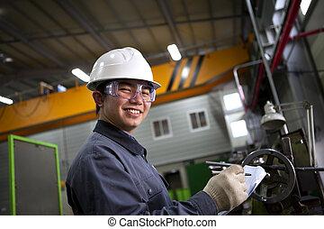 Un mecánico industrial asiático