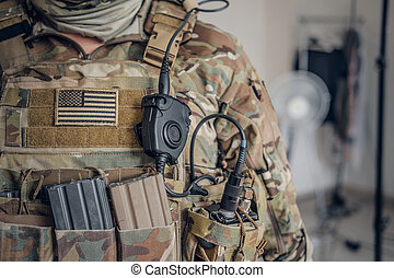 Un militar con radio en el bolsillo