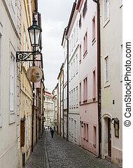 Un misterioso callejón estrecho con linternas en Praga por la noche